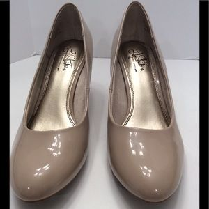 LIFE STRIDE SOFT SYSTEM NUDE PUMPS SIZE 10W